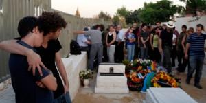 Trauernde Menschen auf dem Begräbnis von Nir Katz. Foto: reuters