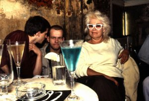 Nan Goldin: »Bea with the blue drink«, 1984 (links Florian Koerner von Gustorf, Drummer der Band Mutter und späterer Filmproduzent, links außen Wolfgang Müller von der Tödlichen Doris) Foto: Nan Goldin