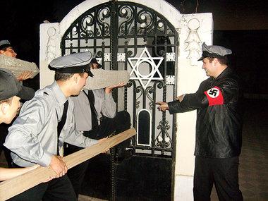 Chilenische Neonazis attackieren ein jüdisches Grab. Dieses Foto wurde von der Homosexuellenvereinigung MOVILH am Donnerstag (Ortszeit) im Internet verbreitet  Foto: www.movilh.cl
